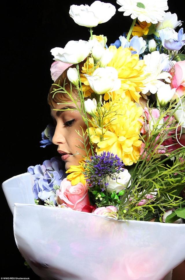 Show diễn Moschino tại tuần lễ thời trang Milan xuân hè 2018 rất ấn tượng khi cho các siêu mẫu hóa thành các đóa hoa khổng lồ