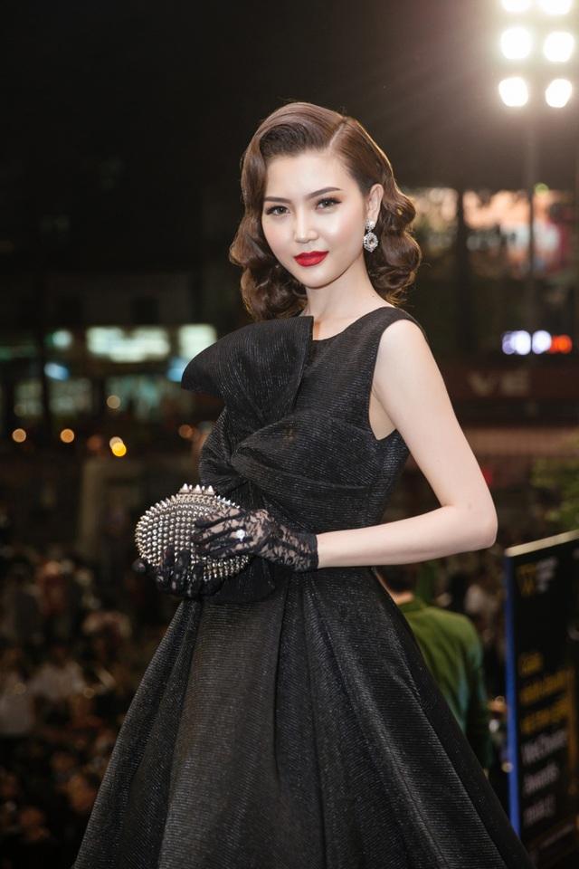 Trái ngược với Huyền My, Nữ hoàng Sắc đẹp Toàn cầu Ngọc Duyên lại xuất hiện với bộ đầm dạ hội đen huyền bí. Cô trang điểm đẹp và chọn kiểu tóc cổ điển sang trọng. Điểm nhấn đặc biệt là chiếc clutch.