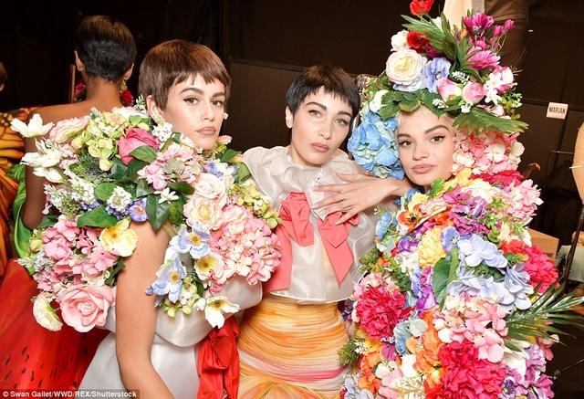 Trang phục bắt mắt và đầy màu sắc của các cô gái