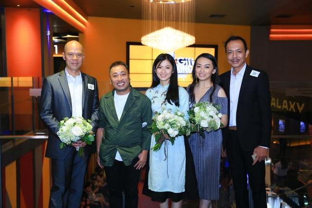 Theo đạo diễn Nguyễn Quang Dũng thì do NSƯT Hoài Linh bận hợp đồng đã ký trước đó nên không ra Hà Nội dự buổi ra mắt phim được. Riêng nghệ sĩ Chí Tài thì vì lý do sức khoẻ nên kế hoạch cũng bị thay đổi vào phút chót.