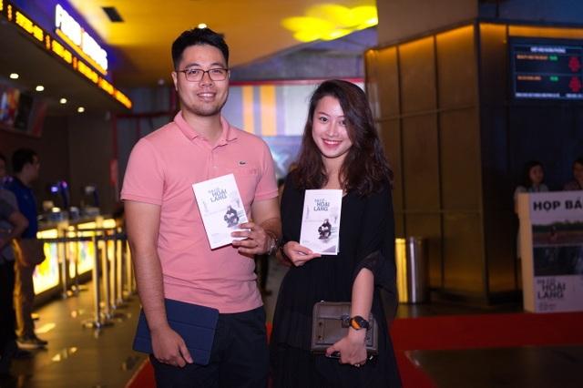 Vợ chồng đạo diễn Đinh Tuấn Vũ cũng có mặt từ rất sớm để háo hức được vào xem phim.