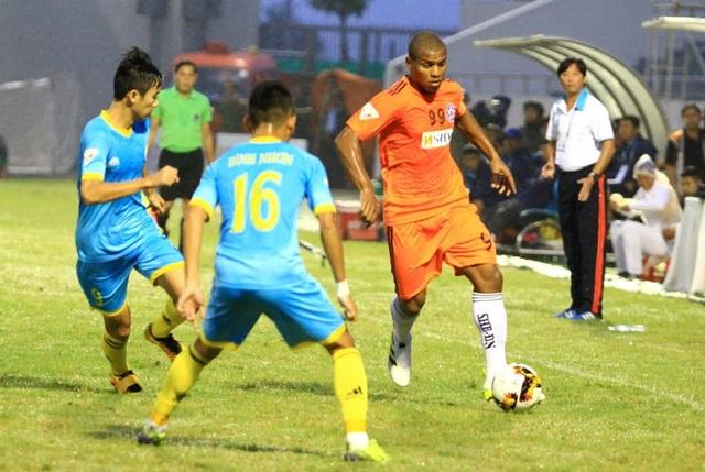 SHB Đà Nẵng (áo cam) không áp đặt được thế trận dù chơi hơn người, ảnh: Khánh Quang