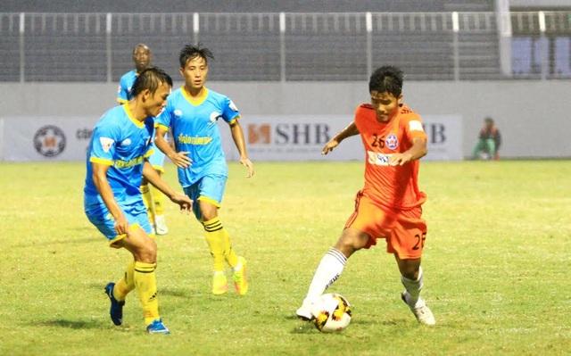 Tuyển thủ U20 Đức Chinh (phải) thi đấu mờ nhạt