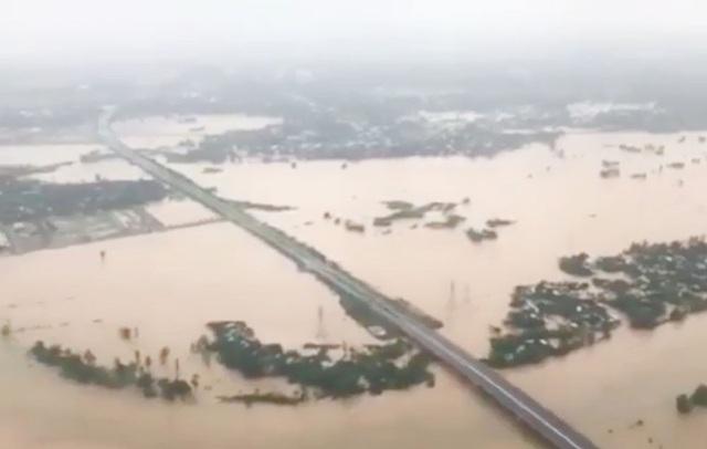 Nhiều khu vực của Đà Nẵng, nhất là vùng ven bị ngập sâu (Ảnh cắt từ clip).