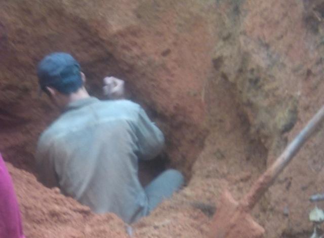 Phu đá đang đào khoét xuống đất