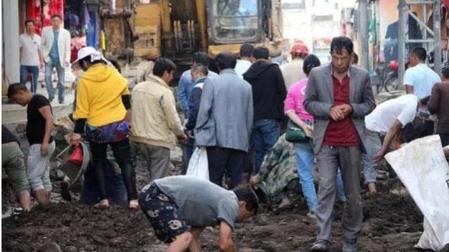 Dòng người mang cuốc xẻng tới đào bới đường tìm ngọc bích. (Ảnh: Weibo)