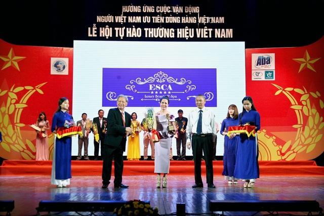 Chị Thu Anh trong lễ trao giải Thương Hiệu Việt Nam