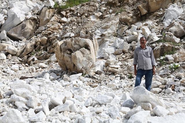 Ông Chhagan Lal Patel đứng trước mỏ đá mình chưa xuất được một viên đá nào đẹp như mong đợi.