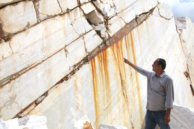 Mỏ đá của ông Chhagan Lal Patel cắt đến đâu hỏng đến đó, vì những vỉa đá cứ nứt ngang không thể đem bán.