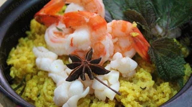 Cơm nị - cà púa hấp dẫn cả về màu sắc lẫn hương vị.