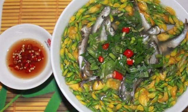 Canh chua cá linh bông điên điển là món ăn đặc trưng của mùa nước nổi.