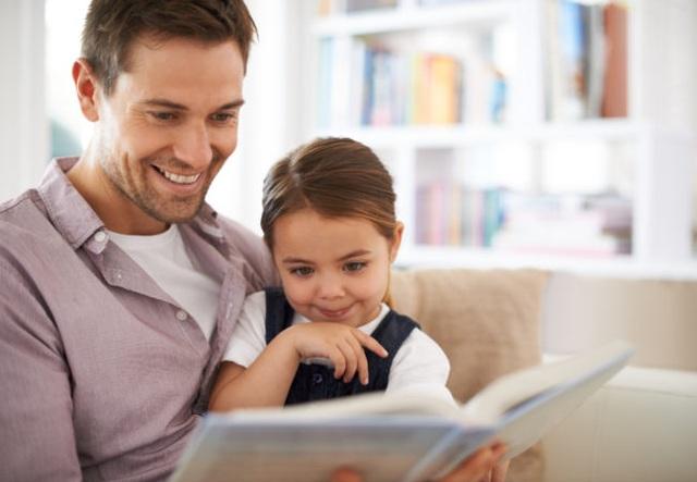 Đọc sách tuy không phải là thứ có thể ép buộc, nhưng là thứ có thể dẫn dắt. Bố mẹ cần tạo điều kiện cho con dễ tiếp cận sách. (Ảnh minh họa)