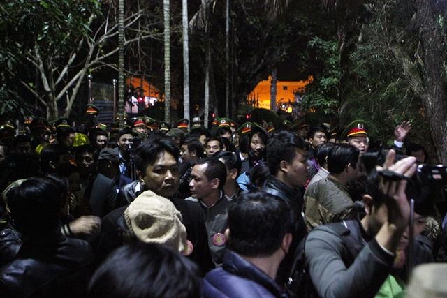 Sau đấy lực lượng chức năng mời toàn bộ đại biểu ra ngoài khuôn viên đền Thiên Trường