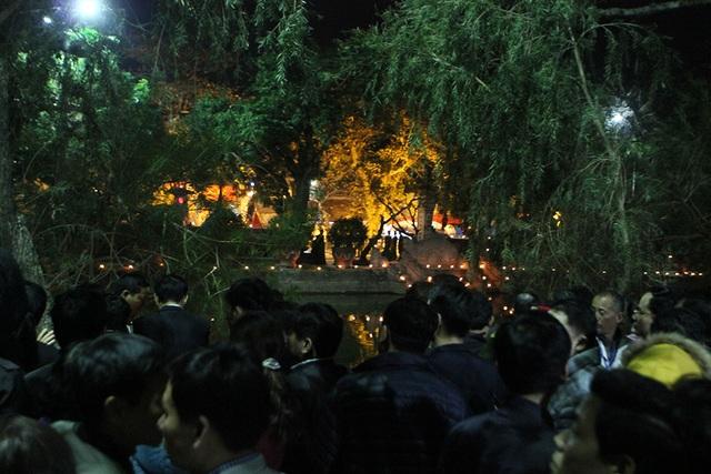 Đoàn đại biểu cố nán lại, nhìn vào phía trong đền Thiên Trường
