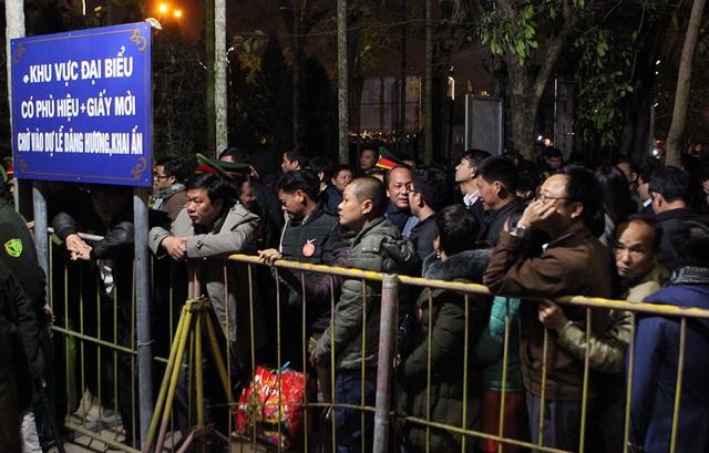 Đoàn đại biểu chán nản đứng bên ngoài hàng rào