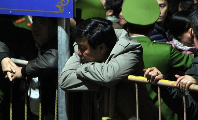 Một đại biểu khác trong vẻ mệt mỏi vì đừng chờ bên ngoài