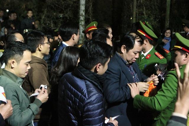 Nhiều đại biểu sau khi ra khỏi khuôn viên thì bị thu lại giấy mời