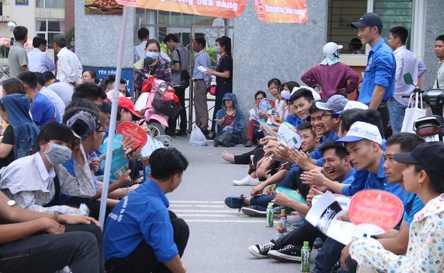 Thời tiết sáng nay ở Hà Nội nắng nóng, nhiều bậc phụ huynh và sinh viên tình nguyện phải đội nắng trong thời gian thí sinh làm bài thi.