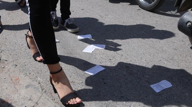 Những mẩu tài liệu lác đác xuất hiện bên ngoài điểm thi mà PV ghi lại được.