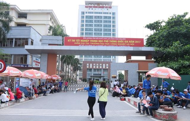 Đại học Công Nghiệp là điểm thi  duy nhất dành cho thí sinh tự do của Hà Nội trong kỳ thi THPT Quốc gia 2017. Sáng nay có khoảng hơn 5000 thí sinh đã đến dự thi môn đầu tiên là môn Văn.