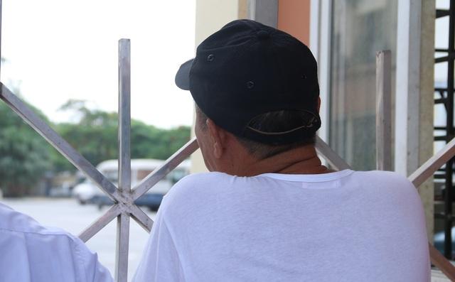 Ông Nguyễn Văn Bằng ở Gia Lâm, Hà Nội đưa cháu đi thi, Cháu ông dự thi năm thứ hai. Năm đầu cháu thi Học viện Cảnh sát nhưng không được, hiện đang làm công an nghĩa vụ, tham dự kỳ thi lần này với mục đích đậu vào Học viện Cảnh sát hoặc trường Trung cấp Cảnh sát. Thời gian thi được khoảng 1 tiếng nhưng ông bồn chồn đứng ngồi ngóng cháu ở cổng.
