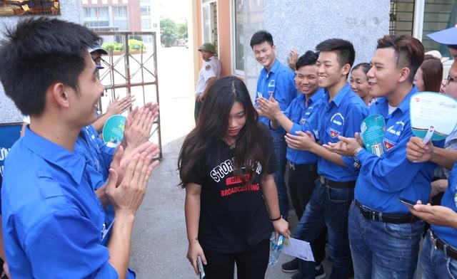 Những thí sinh rời khỏi phòng thi được tiếp sức bằng những tràng vỗ tay của sinh viên tình nguyện.