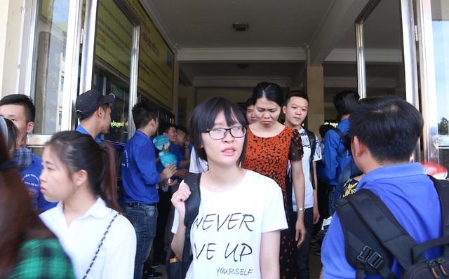 Lúc thí sinh bắt đầu ra đông, đội thanh niên tình nguyện làm việc ở điểm trường Đại học Công nghiệp đã phải làm việc vất vả để đảm bảo cho thí sinh rời khỏi trường sau khi thi.