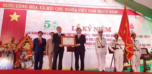 Bộ trưởng Phùng Xuân Nhạ trao Huân chương Độc lập hạng Nhất lần 2 cho nhà trường
