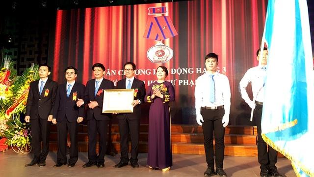 TS. Lê Anh Phương, Hiệu trưởng Đại học Sư phạm Huế đón nhận Huân chương Lao động hạng Ba từ Thứ trưởng Nguyễn Thị Nghĩa trao tặng