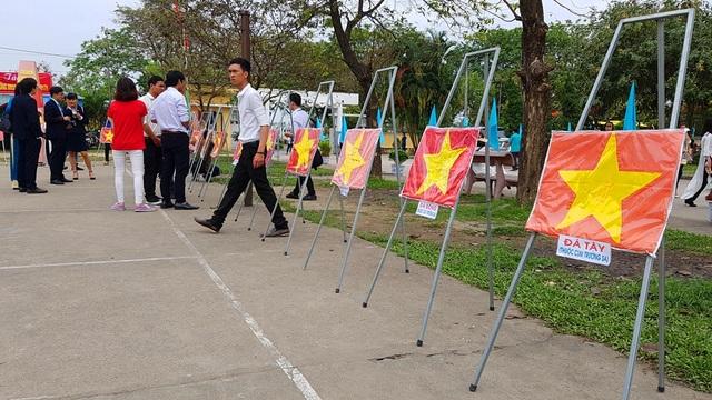 Nhiều lá cờ từ quần đảo Trường Sa được các chiến sĩ tặng kỷ niệm cho trường qua phong trào 1.000 lá cờ tổ quốc cho biển đảo do nhà trường phát động