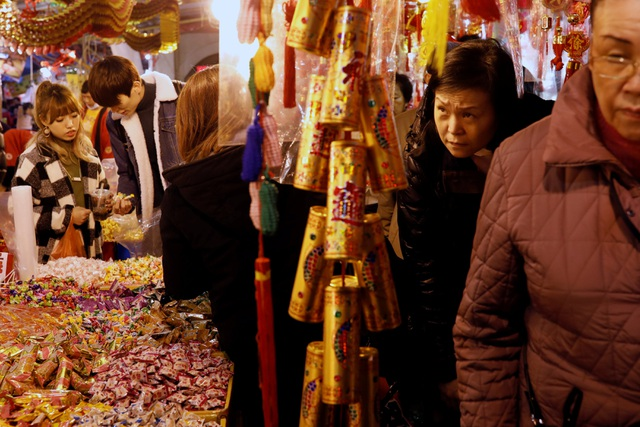 Không khí mua sắm nhộn nhịp tại Đài Loan trong những ngày trước Tết truyền thống (Ảnh: Reuters)