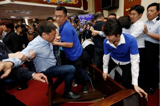 Vụ ẩu đả giữa các nghị sĩ xảy ra tại cơ quan lập pháp Đài Loan ngày 18/7 (Ảnh: Reuters)