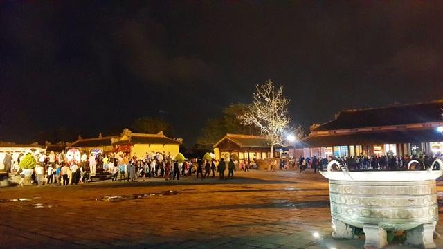 Những khung cảnh của Đại Nội vào ban đêm hiện ra thật lung linh, huyền ảo từ sân Điện Cần Chánh