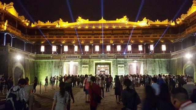 Ngọ Môn - điểm đầu chương trình Đại Nội về đêm diễn ra tối đầu tiên ngày 22/4 ghi nhận hàng chục ngàn người đổ về xem và chơi