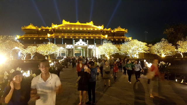 Du khách và người dân Huế thích thú khám phá Đại Nội về đêm