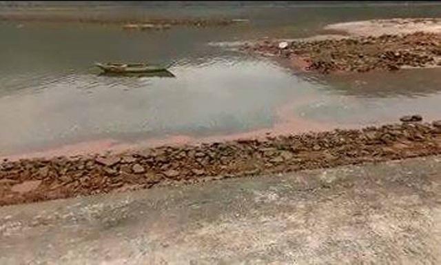Vệt nước màu đỏ xuất hiện tại bờ biển xã Kỳ Hà