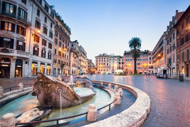 Một đài phun nước cổ ở Piazza di Spagna, Rome, Italia