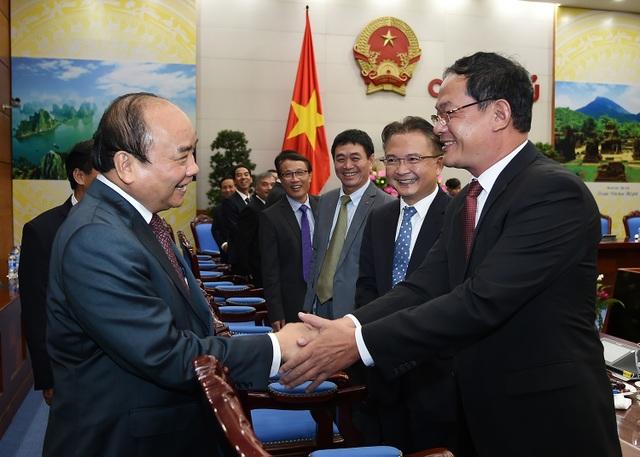 Thủ tướng chúc mừng các cán bộ ngoại giao được trao trọng trách làm trưởng cơ quan đại diện Việt Nam ở nước ngoài.