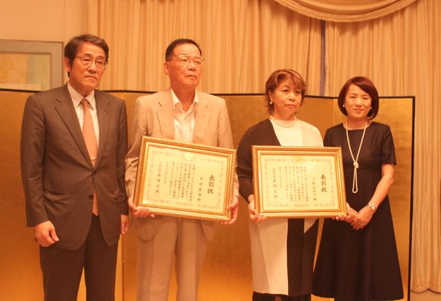 Đại sứ Umeda Kunio và phu nhân trao bằng khen của Bộ trưởng Ngoại giao Nhật Bản cho ông Ichimura Yasuo và bà Komatsu Miyuki (Ảnh: Thành Đạt)