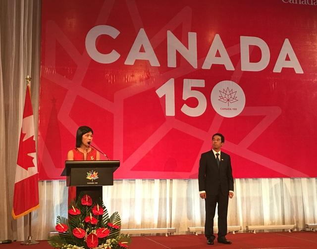 Đại sứ Canada tại Việt Nam Ping Kitnikone và Trợ lý Bộ trưởng Ngoại giao Việt Nam Tô Anh Dũng (phải) tại lễ kỷ niệm 150 năm ngày Quốc khánh Canada (Ảnh: An Bình)