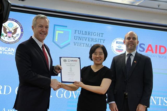 Bà Đàm Bích Thuỷ (người đứng giữa), Chủ tịch trường ĐH Fulbright Việt Nam