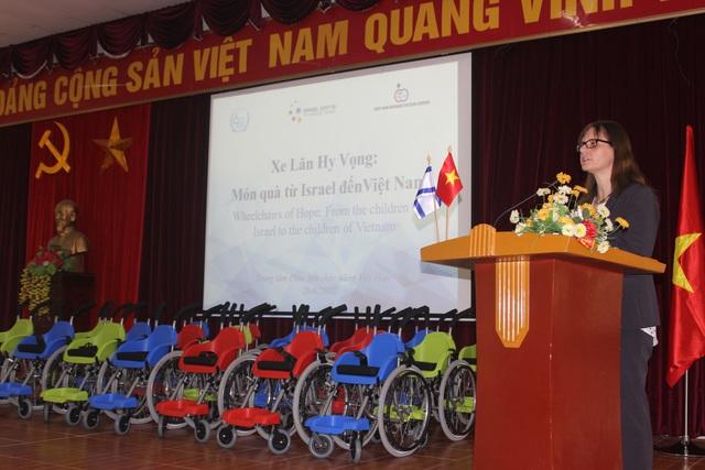 Đại sứ Israel tại Việt Nam Meirav Eilon Shahar phát biểu tại lễ trao tặng 20 xe lăn cho trẻ em khuyết tật tại Trung tâm chỉnh hình và phục hồi chức năng Việt - Hàn sáng 20/6 (Ảnh: Thành Đạt)