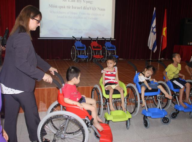 Đây là những chiếc xe lăn do tổ chức Xe lăn hy vọng của Israel thiết kế dành riêng cho trẻ em. (Ảnh: Thành Đạt)