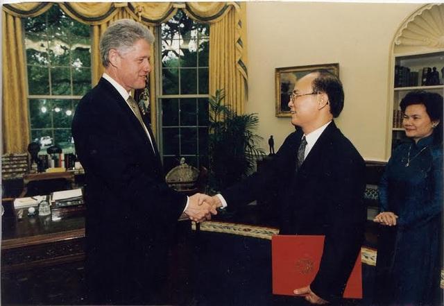 Ngày 14/5/1997, ông Lê Văn Bàng trình quốc thư lên Tổng thống Mỹ Bill Clinton, chính thức trở thành Đại sứ Việt Nam đầu tiên tại Mỹ. Cùng thời gian này, ông Pete Peterson trình quốc thư lên Phó chủ tịch nước Nguyễn Thị Bình và trở thành Đại sứ của Mỹ tại Việt Nam.