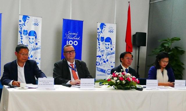Đại sứ Phần Lan Kari Kahiluoto (thứ hai từ trái sang) trong cuộc họp báo ngày 23/11