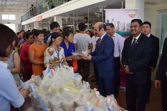 Đại sứ Qatar trực tiếp phát cháo cho bệnh nhân và người thân tại Bệnh viện Việt Đức