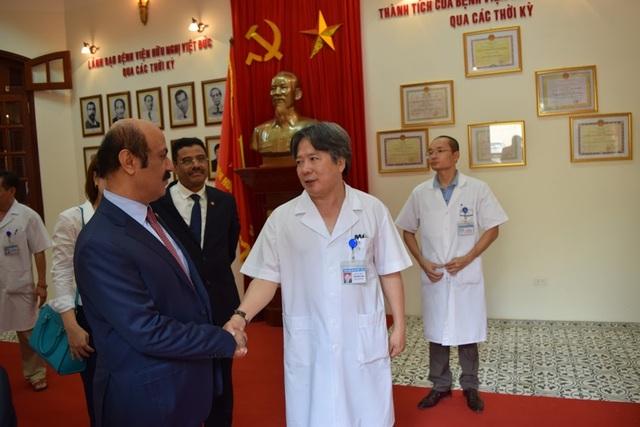 Giám đốc Bệnh viện Việt Đức - GS.TS. Trần Bình Giang - bắt tay Đại sứ Qatar