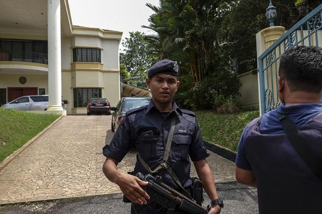 Cảnh sát Malaysia gác bên ngoài đại sứ quán Triều Tiên ở Kuala Lumpur. (Ảnh minh họa: Star)