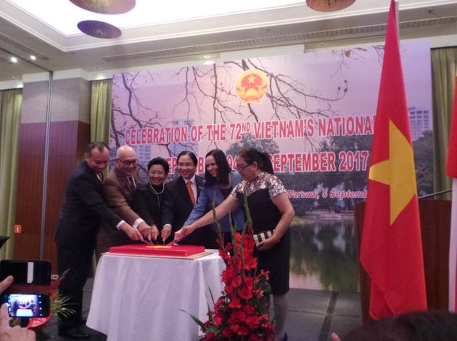 Đại sứ Việt Nam cùng các vị đại sứ các nước khác cùng nhau cắt bánh chúc mừng buổi lễ. (Ảnh: Nguyễn Thức Tuấn)