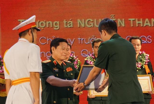Đại tướng Ngô Xuân Lịch trao Bằng khen của Bộ Quốc phòng cho các điển hình tiên tiến toàn quân trong cuộc vận động Phát huy truyền thống, cống hiến tài năng, xứng danh Bộ đội Cụ Hồ